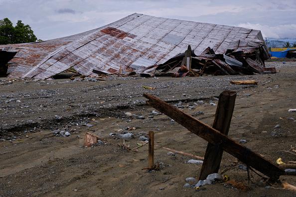 座る「Flash Floods Hit Indonesia's Papua Province」:写真・画像(18)[壁紙.com]