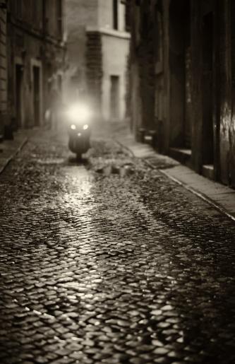 自転車・バイク「スクーター車で、雨夕暮れ時には、ローマ、イタリア」:スマホ壁紙(7)