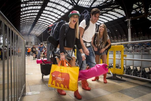 Travel「Festival Ticket Holders Board Trains To Take Them To Glastonbury」:写真・画像(7)[壁紙.com]