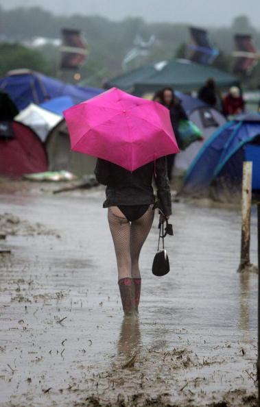 Worthy Farm「Festival Goers Depart From A Muddy Glastonbury」:写真・画像(13)[壁紙.com]