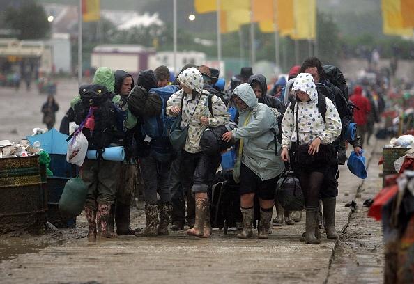 Worthy Farm「Festival Goers Depart From A Muddy Glastonbury」:写真・画像(5)[壁紙.com]