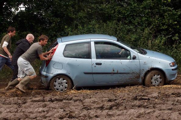 Worthy Farm「Festival Goers Depart From A Muddy Glastonbury」:写真・画像(8)[壁紙.com]