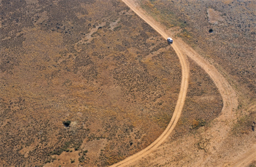 Lost「Car on dirt road in desert, aerial view」:スマホ壁紙(0)