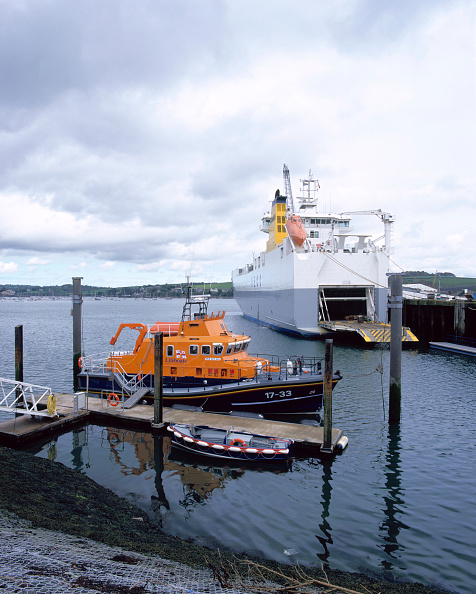 Finance and Economy「Falmouth lifeboat and cargo ship in Falmouth docks Cornwall, United Kingdom」:写真・画像(8)[壁紙.com]