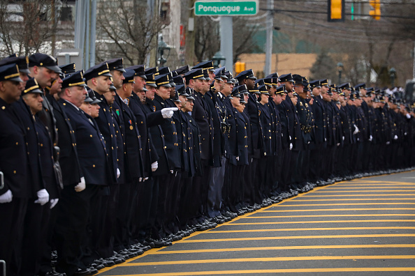 In A Row「Funeral Held For NYPD Detective Killed During Attempted Robbery In Queens」:写真・画像(17)[壁紙.com]