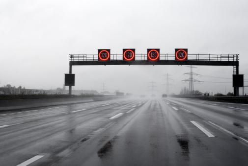 雨「大雨高速道路の速度制限」:スマホ壁紙(16)