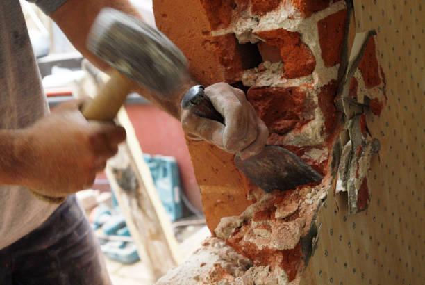 Man removing brick wall of house, UK:ニュース(壁紙.com)