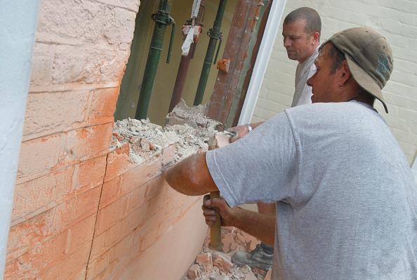 Brick Wall「Man removing brick wall of house, UK」:写真・画像(3)[壁紙.com]