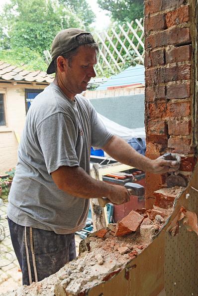 Brick Wall「Man removing brick wall of house, UK」:写真・画像(12)[壁紙.com]