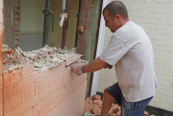 Brick Wall「Man removing brick wall of house, UK」:写真・画像(9)[壁紙.com]
