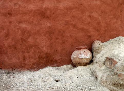 Rajasthan「Water Jar and adobe wall in desert village , Rajasthan, India」:スマホ壁紙(8)