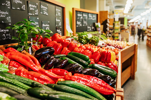 Market - Retail Space「View Of Different Fresh Peppers At Supermarket」:スマホ壁紙(19)