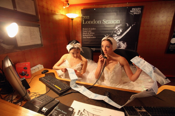 London Coliseum「Dancers From The English National Ballet Launch A Ticket Giveaway Outside Of The London Coliseum」:写真・画像(14)[壁紙.com]