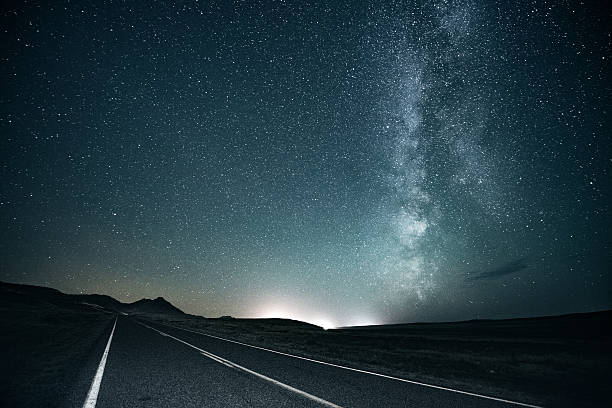 Road trip under the milky way:スマホ壁紙(壁紙.com)