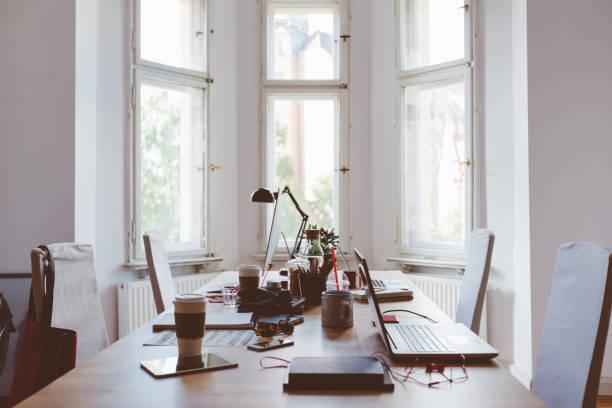 Desk of startup coworking business office:スマホ壁紙(壁紙.com)