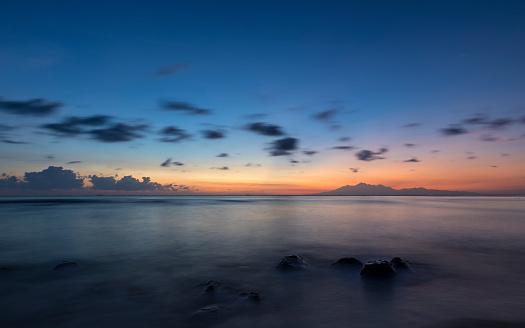 バリ島「アメッド地平線のリンジャニ火山とバリでの日の出」:スマホ壁紙(5)