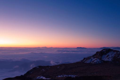 雲「日の出の「牛のバック」の山」:スマホ壁紙(7)