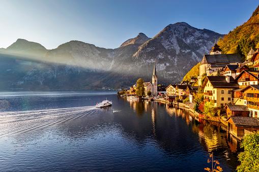 Salzkammergut「Sunrise in Hallstatt mountain village with Hallstatter See in fall」:スマホ壁紙(15)