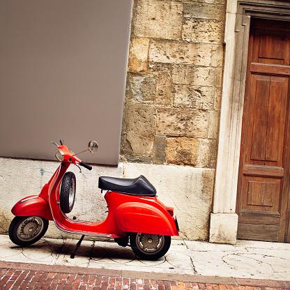 Bergamo「Italian Vintage red Scooter」:スマホ壁紙(14)