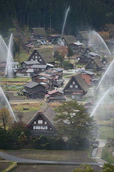 Frond「World Heritage Gassho Zukuri Farmhouses Hold Water-Discharge Exercise」:写真・画像(10)[壁紙.com]