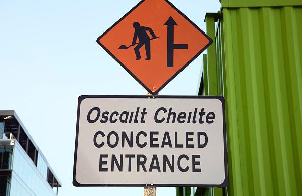 Hiding「Concealed entrance sign for construction site, Dublin, Ireland」:写真・画像(3)[壁紙.com]