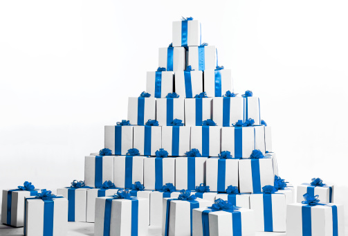 プレゼント「Stack of boxes in blue ribbon shaped into pyramid」:スマホ壁紙(1)