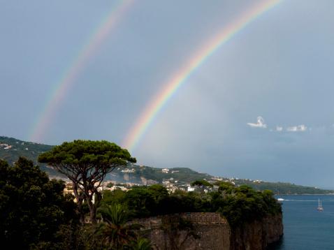 虹「Southern Italy, Amalfi Coast, Piano di Sorrento, View of beautiful rainbow in sea with cliff in foreground」:スマホ壁紙(7)