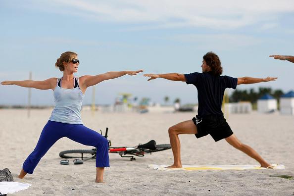 リラクゼーション「Floridians Relieve Stress With Yoga On The Beach」:写真・画像(5)[壁紙.com]