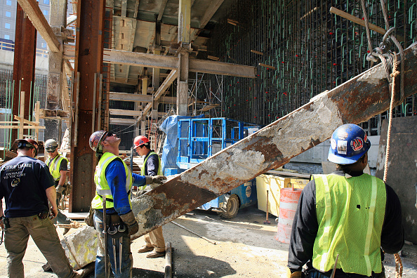 Construction Site「Old steel crossbeam is lowered to the ground and removed by workers at Tower One site, World Trade Centre, Lower Manhattan, New York City, USA」:写真・画像(4)[壁紙.com]
