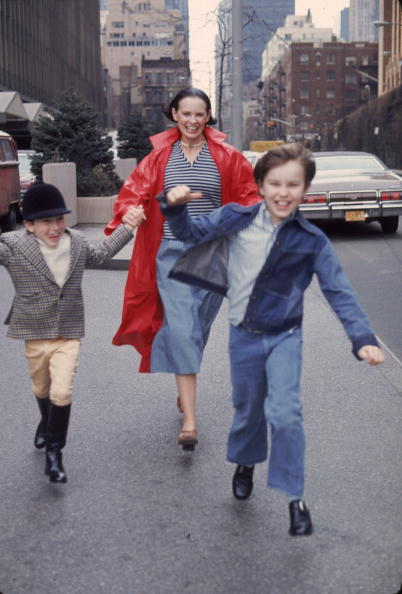 Jeans「Gloria Vanderbilt And Sons Run In New York」:写真・画像(7)[壁紙.com]