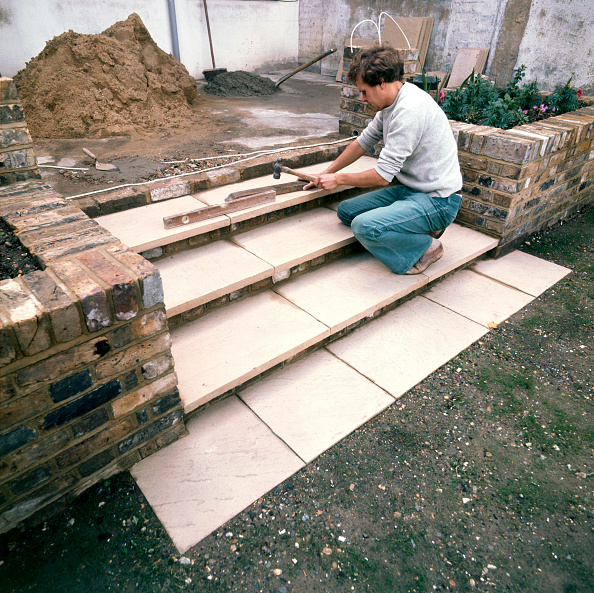 Paving Stone「Laying slabs on a patio」:写真・画像(11)[壁紙.com]