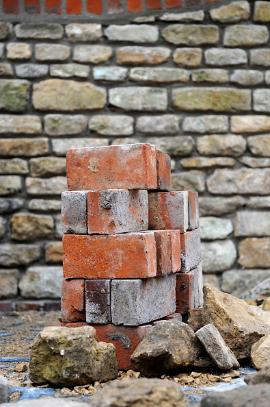 Bricklayer「Reclaimed building materials including red bricks used to build a garden wall UK」:写真・画像(6)[壁紙.com]