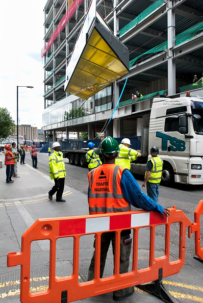 Reflective Clothing「A large pre-constructed glass panel offloaded from a trailer for 'One New Change', a mixed-use scheme, developed by Land Securities and designed by architect Jean Nouvel, St Pauls, London, UK」:写真・画像(13)[壁紙.com]