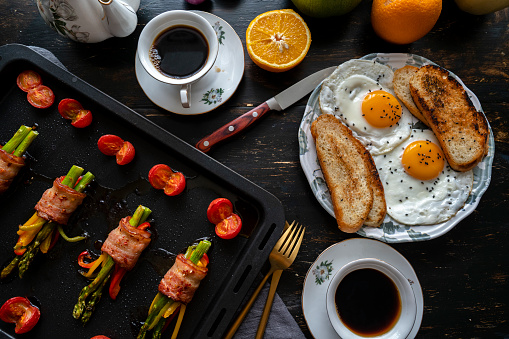Toasted Food「homemade healthy breakfast: toast, fried egg, bacon roll and coffee」:スマホ壁紙(12)