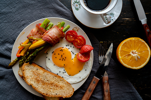 Toasted Food「homemade healthy breakfast: toast, fried egg, bacon roll and coffee」:スマホ壁紙(13)