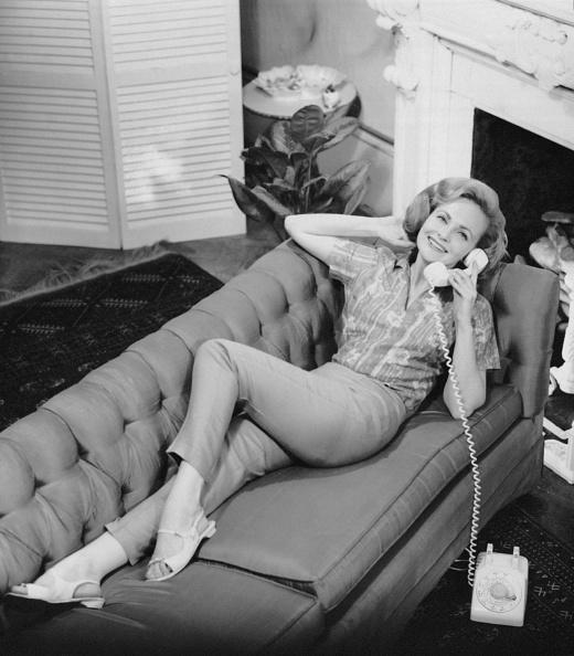 リラクゼーション「Woman talking on telephone」:写真・画像(10)[壁紙.com]