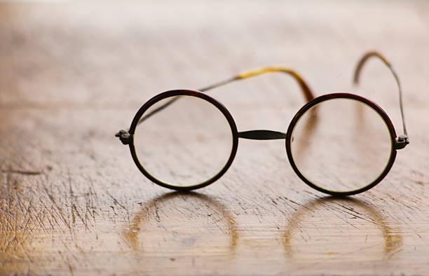 Close up antique round glasses on wooden table:スマホ壁紙(壁紙.com)