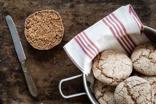 Rye Bread「Homemade rye bread rolls in bowl, on chopping board」:スマホ壁紙(7)