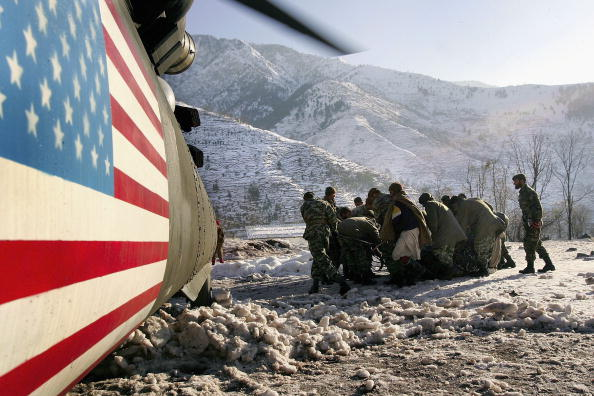 CH-47 Chinook「U.S. Military Delivers Aid to Snow-Covered Kashmir In Pakistan」:写真・画像(8)[壁紙.com]