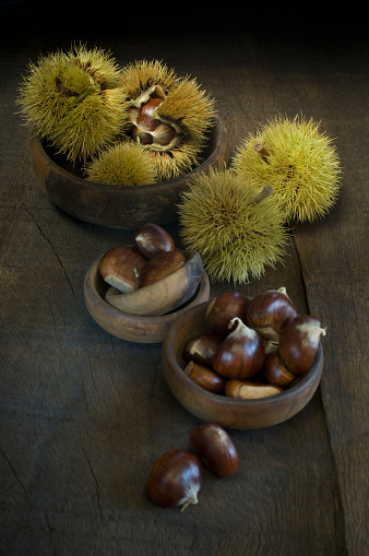 栗「Bowls of sweet chestnuts on dark wood」:スマホ壁紙(0)
