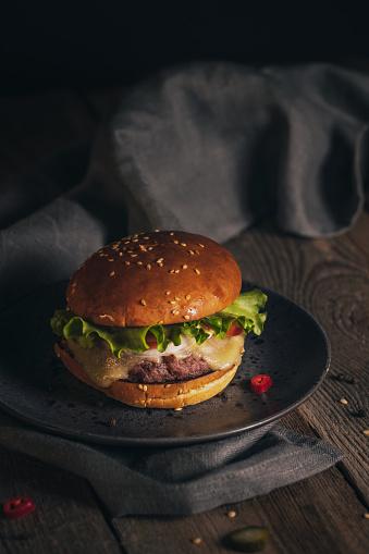 Burger「Tasty burger on a wooden table」:スマホ壁紙(5)