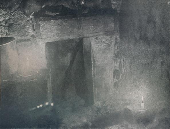 Ski Pole「Inside Door Of Igloo By Light Of Blubber Lamps」:写真・画像(16)[壁紙.com]