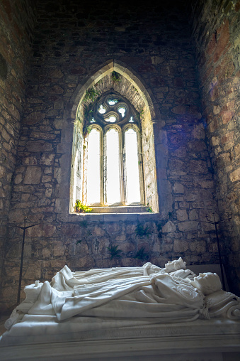 Abbey - Monastery「inside the monastery church, tomb of George Douglas, the 8th Duke of Argyll and his wife - Iona Abbey, Isle of Iona, Inner Hebrides, Scotland」:スマホ壁紙(7)