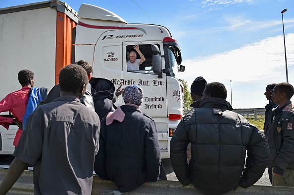 Semi-Truck「Calais Migrants Continue To Board Vehicles At The Channel Tunnel」:写真・画像(17)[壁紙.com]
