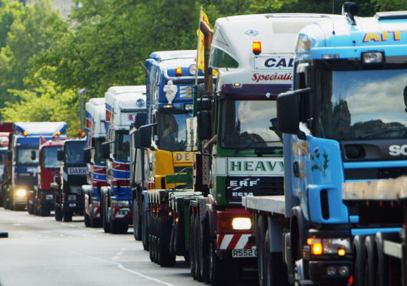 Semi-Truck「Truckers Protest Against Cost Of Fuel In Edinburgh」:写真・画像(2)[壁紙.com]