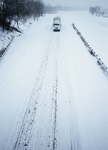 Tractor trailer on highway, winter, elevated view:スマホ壁紙(壁紙.com)