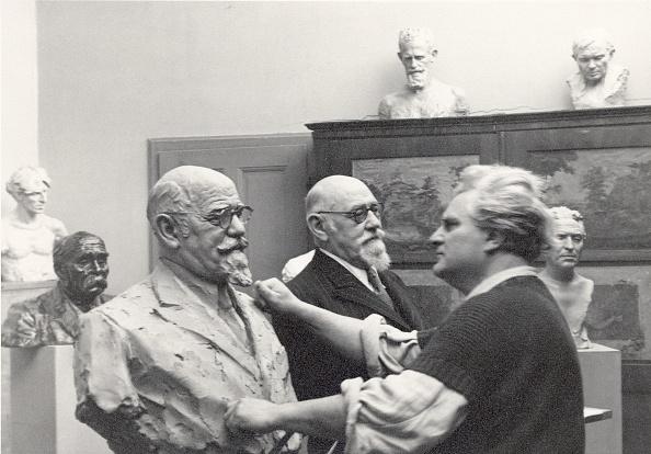 Sculptor「Gustinus Ambrosi producing a bust of Karl Renner」:写真・画像(11)[壁紙.com]