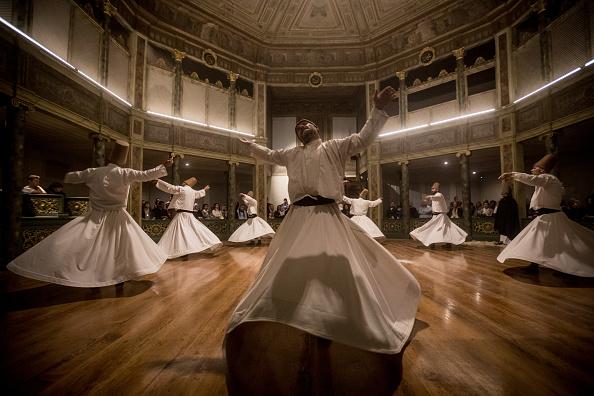 記念日「Pilgrims Commemorate The Anniversary Of The Death of Sufi Founder Mevlana Rumi In Istanbul」:写真・画像(4)[壁紙.com]