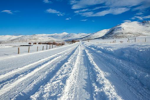 Rolling Landscape「Tire tracks on snowy remote road」:スマホ壁紙(16)