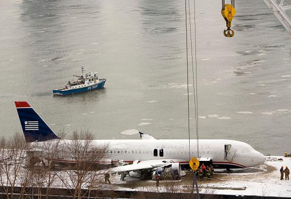 飛行機「Workers Lift US Airways Plane Out Of Hudson River」:写真・画像(16)[壁紙.com]